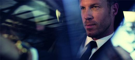 Een zakenman rijdend in een Lexus