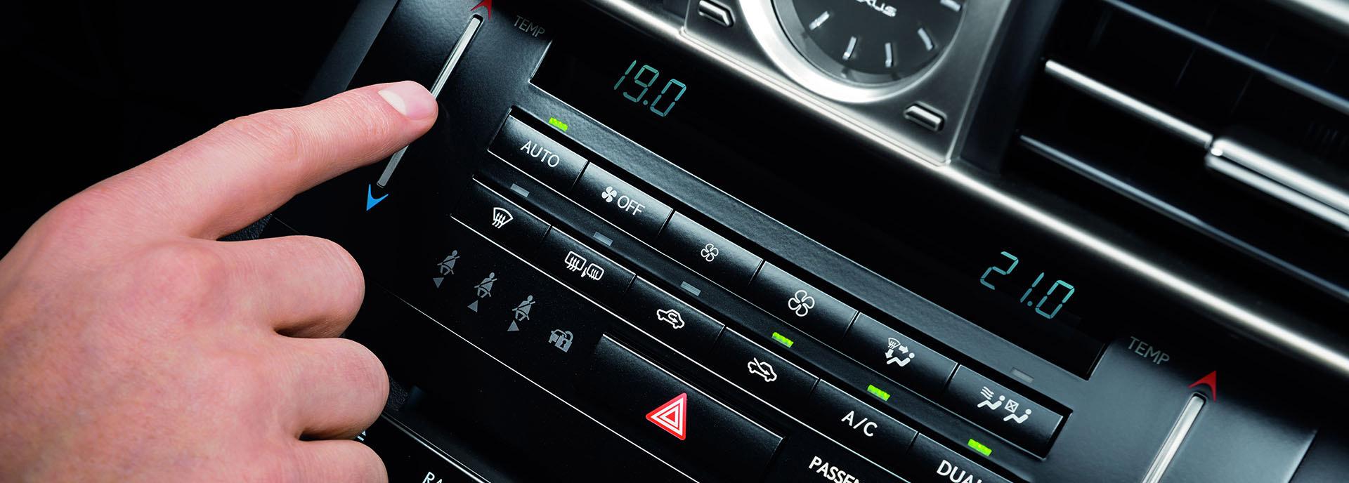 Lexus dashboard met diverse functies zoals climate controle