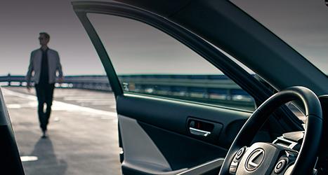 Man loopt naar een Lexus toe zichtbaar interieur
