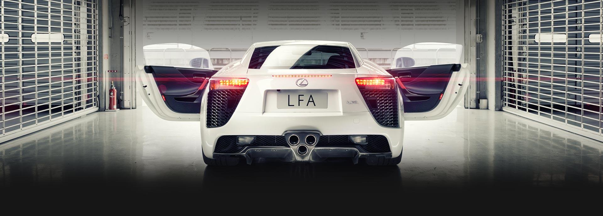 Achterkant witte Lexus LFA met deuren open