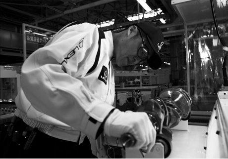Man in Lexus fabriek aan het werk