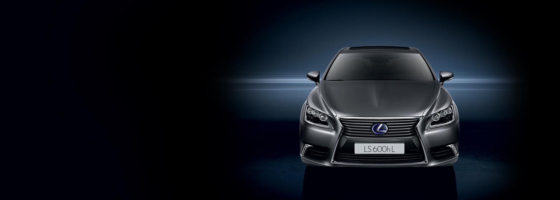 Rijdend zijaanzicht donkere Lexus LS 600h L