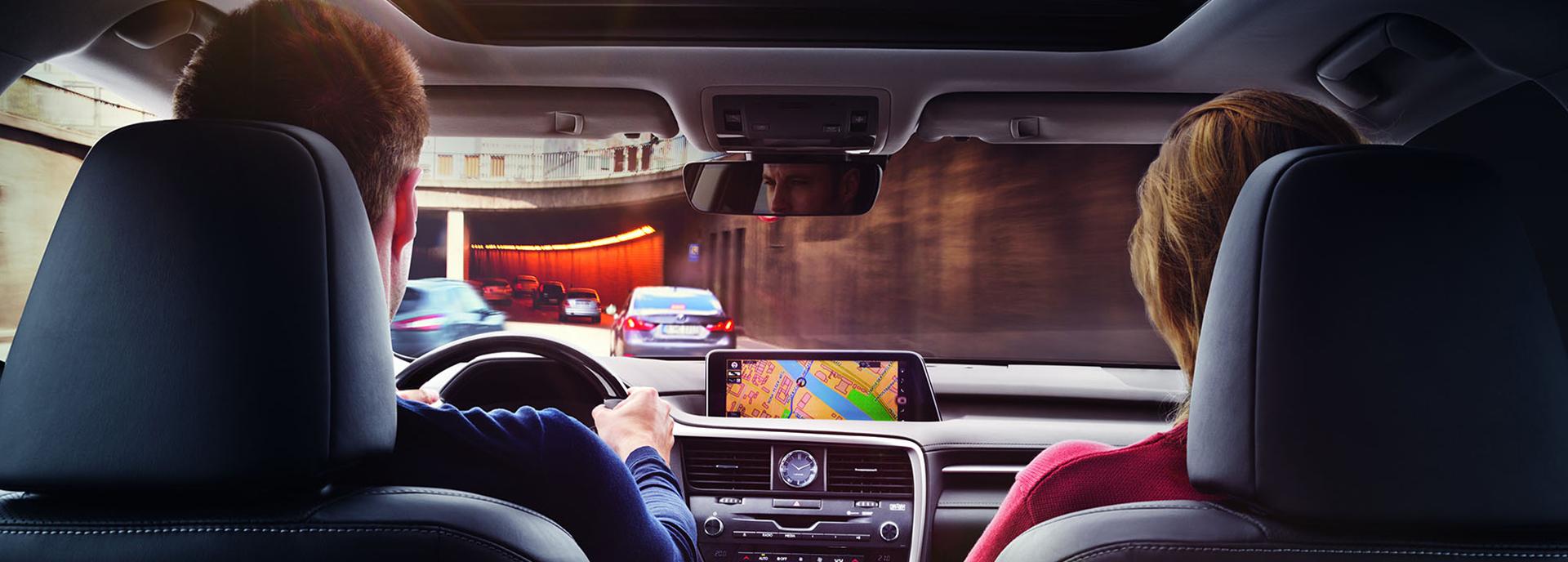 Lexus Navigatie systeem in auto bij man en vrouw die een tunnel inrijden