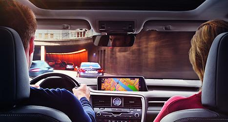 Een navigatiesysteem binnenin een in een tunnel rijdende Lexus