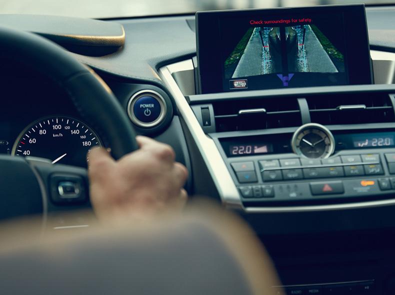Ingezoomd stuur en dashboard NX 300h
