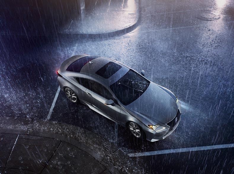 Bovenaanzicht grijze Lexus RC in de regen