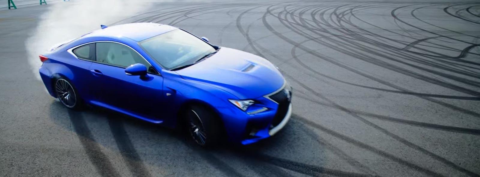 Driftende blauwe RC F