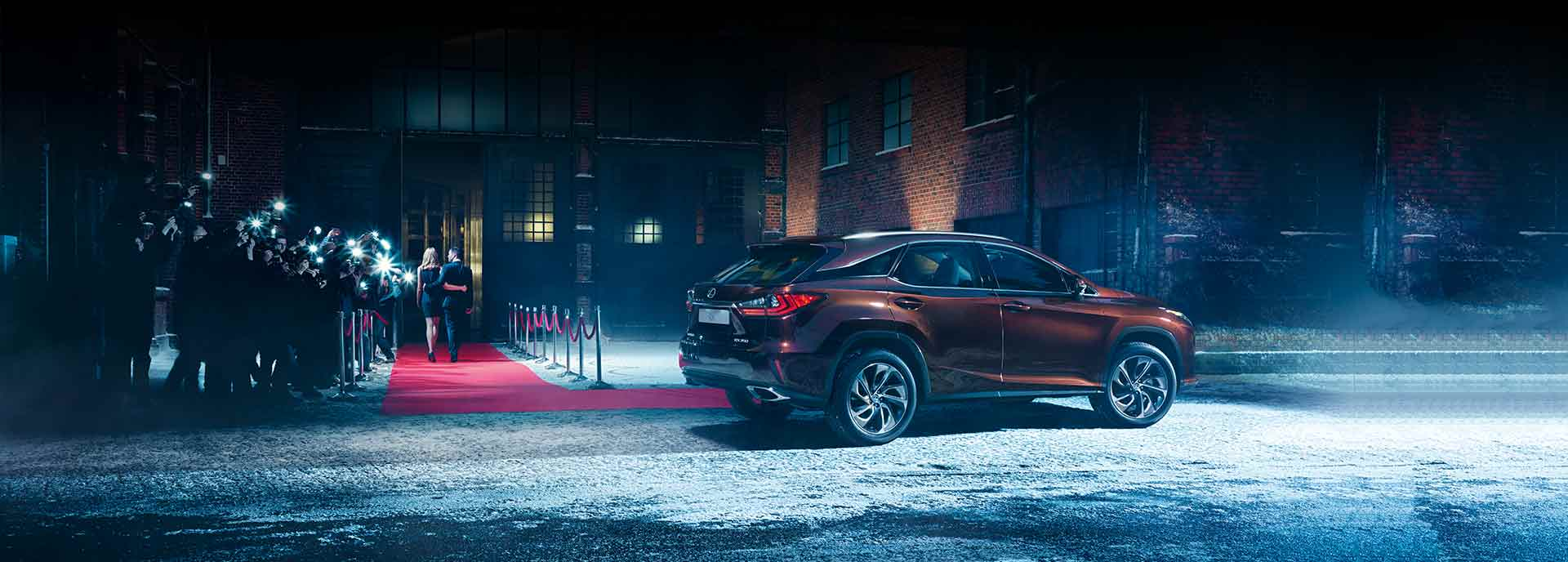 Lexus Red Carpet Treatment man open deur voor lexusrijder