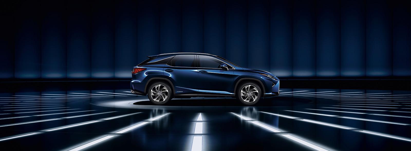 Zijaanzicht van een donkerblauwe Lexus RX