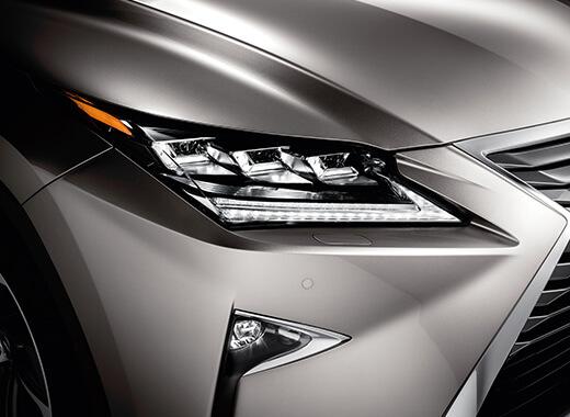 Koplamp van een grijze Lexus RX