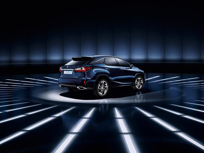 Achteraanzicht van een blauwe Lexus RX