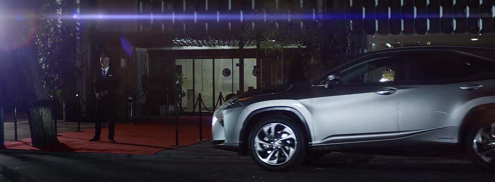 Zijaanzicht van een grijze Lexus RX bij de rode loper