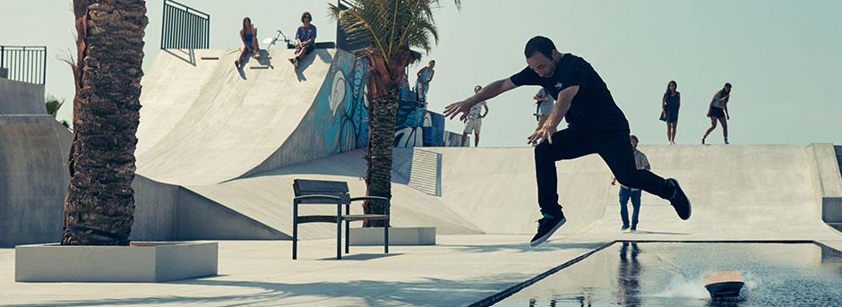 Man springt op een Lexus Hoverboard