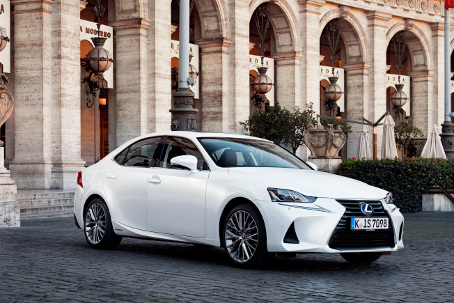 2017 lexus IS 300h front