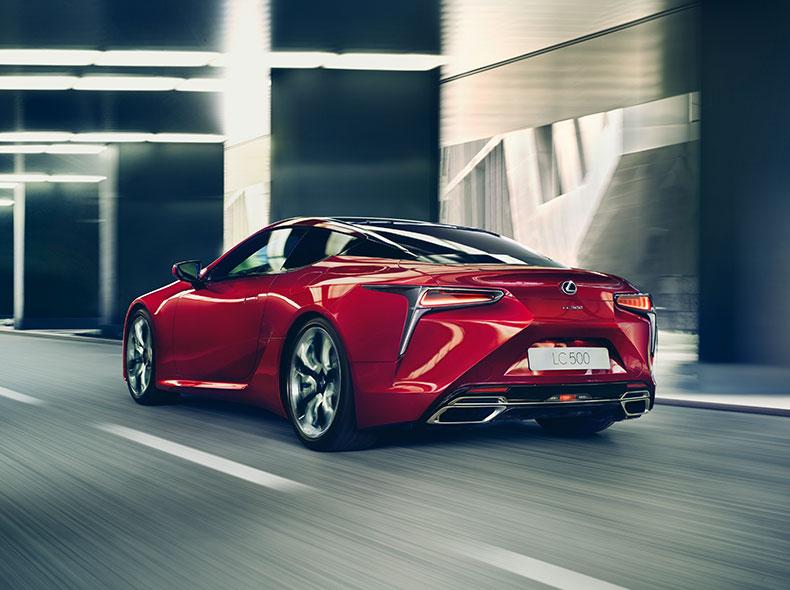 Röd Lexus LC snett bakifrån