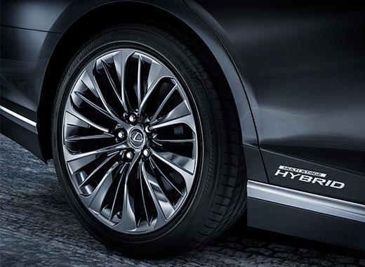 Detaljbild av fälg och hybridemblem Lexus LS 500h