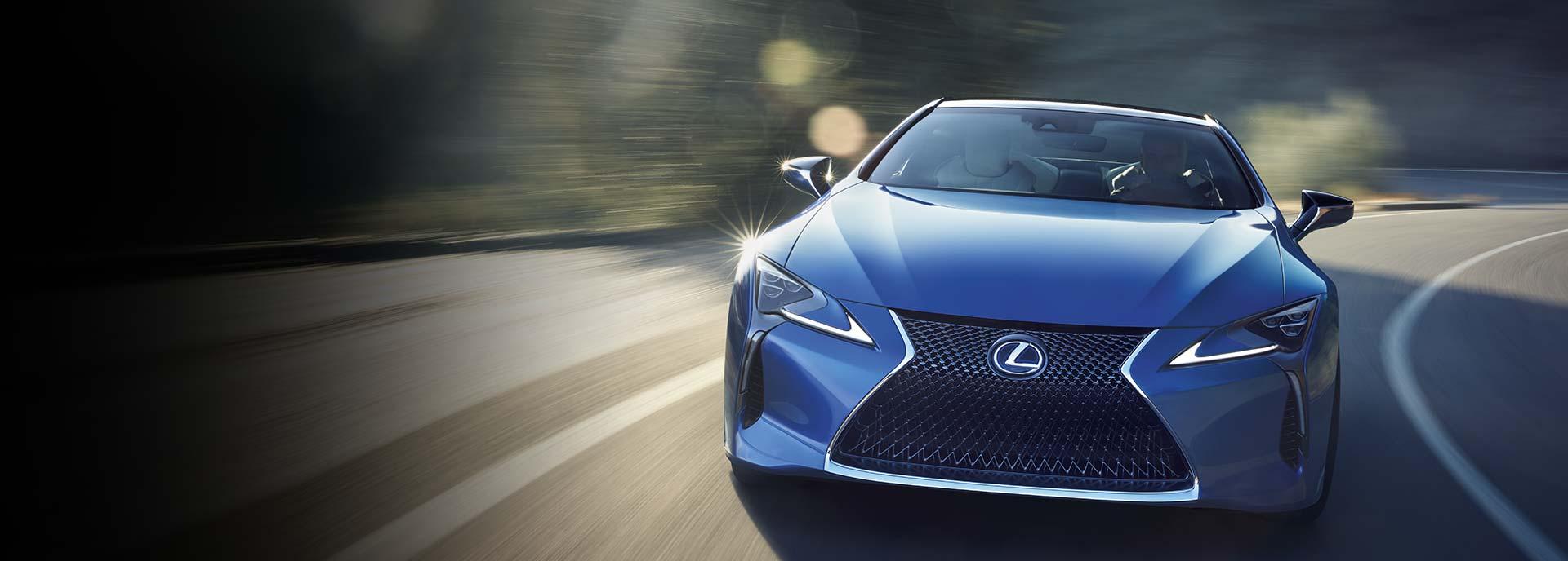 Blå Lexus LC framifrån mellan