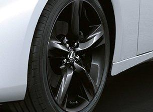Lexus IS 300h Sport mörklackerade lättmetallfälgar 18 tum