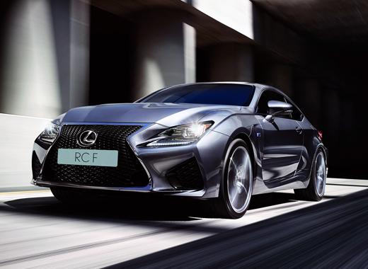Gråmetallic Lexus RC F i rörelse