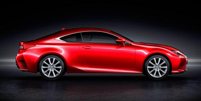 Röd Lexus RC från sidan