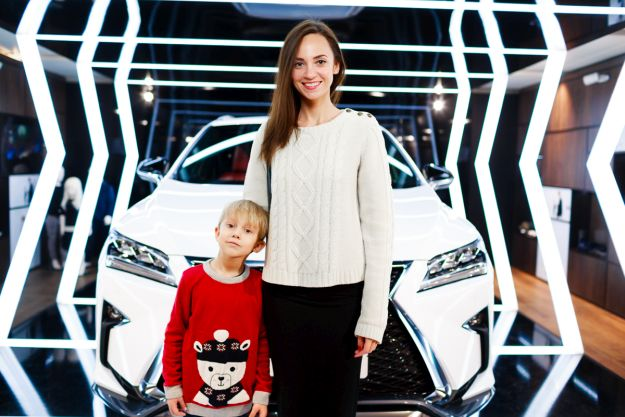 Матір з хлопчиком поруч з Lexus