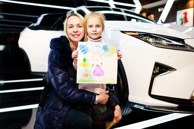 Дівчинка зі своїм малюнком