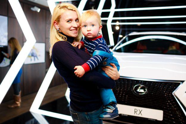 Мати з малюком біля Lexus Rx