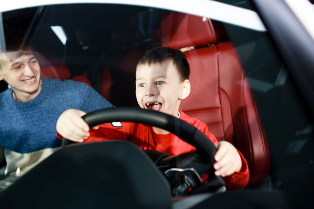 Хлопчик за кермом Lexus