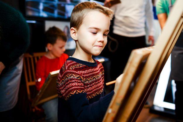 Хлопчик малює