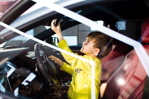 Дитина за кермом Lexus RX200t