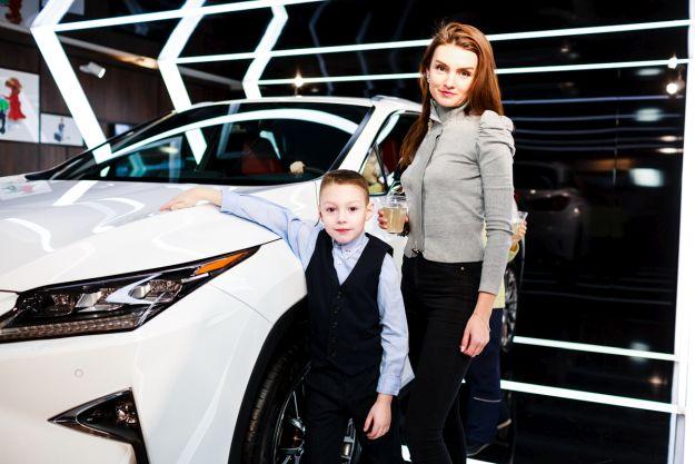Матір та син поруч з Lexus