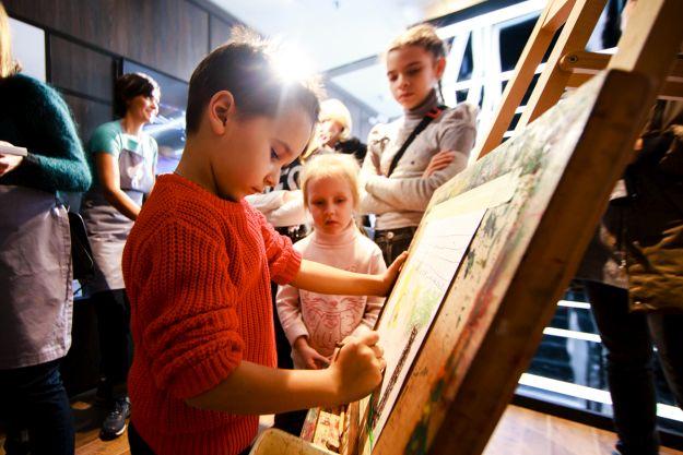 Дитина малює олівцем